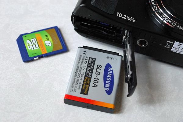 吃SD卡 電持續航力不錯 有300張以上的水準