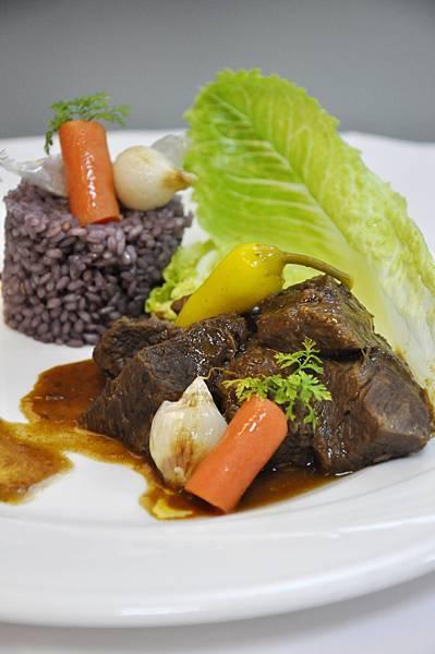 奧匈燉牛肉襯紅酒香料飯