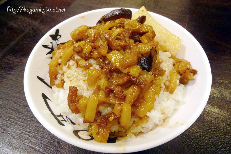 西門金鋒滷肉飯: http://kagami.pixnet.net/blog/post/30563460
