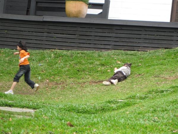 在草地上滾動的小鬼