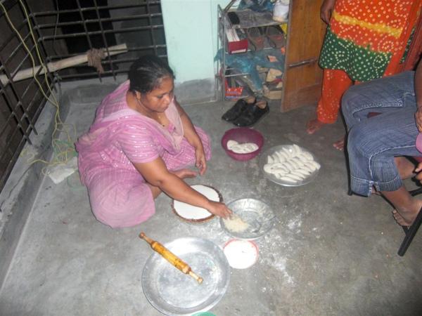 Anam的家人正在做甜點