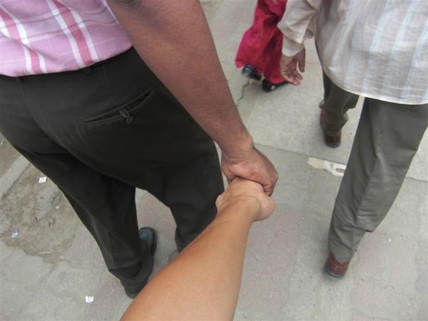 我向陌生人問路 他熱血的牽起我的手幫我帶路