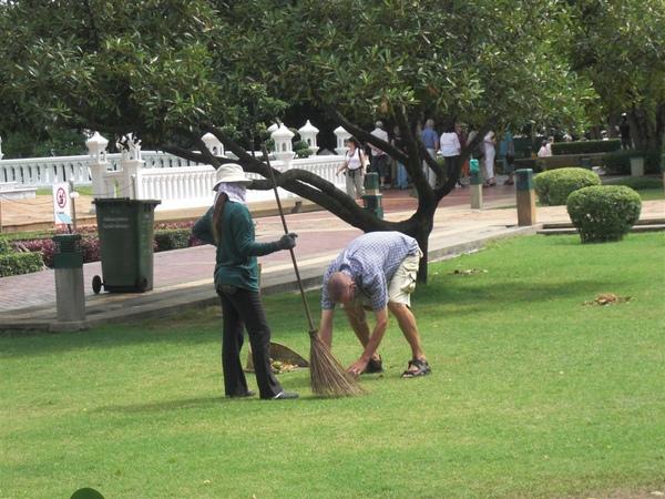 度假的外國人幫忙打掃公園(我敬佩你 老兄)