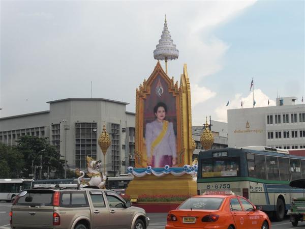 曼谷街景(皇室的肖像都會在路中間)