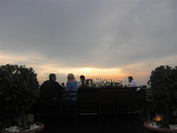 夕陽下的吧台
