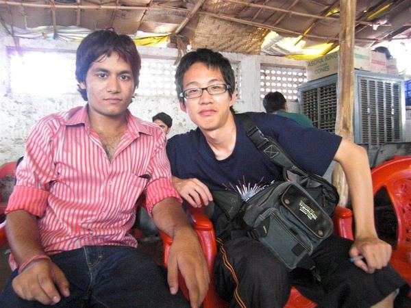 吃著吃著就認識兩位印度大學生