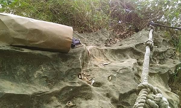我真是拜尺帶個紙袋上山