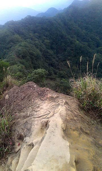 看到岩石稜線了