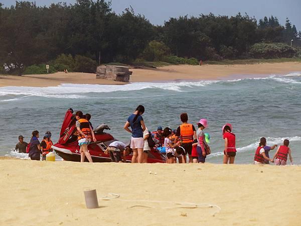 隘門沙灘玩水人潮