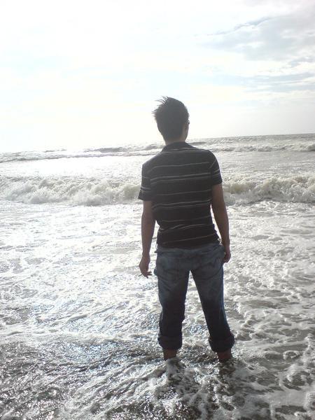 在海裡抽菸的男子.jpg