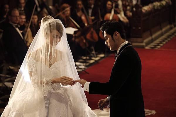 周杰倫與昆凌手按《聖經》,以信心立下婚約。