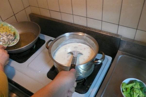 在鍋子裡面翻滾的濃湯