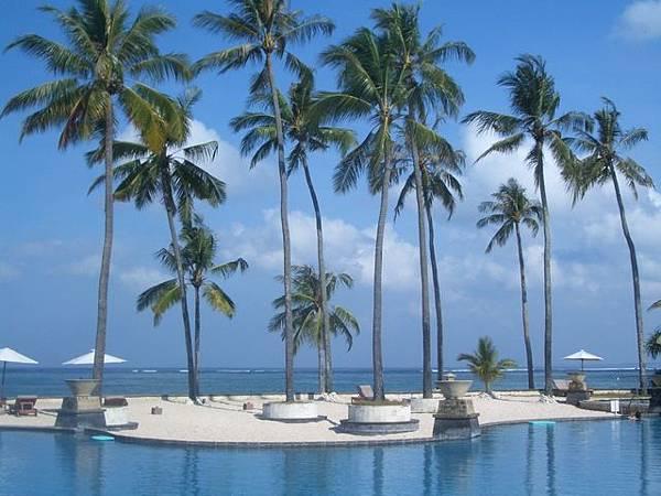 The Patra Bali的泳池,後面是海邊喔!