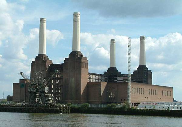 Battersea_Powerstation_-_Across_Thames_-_London_-_020504