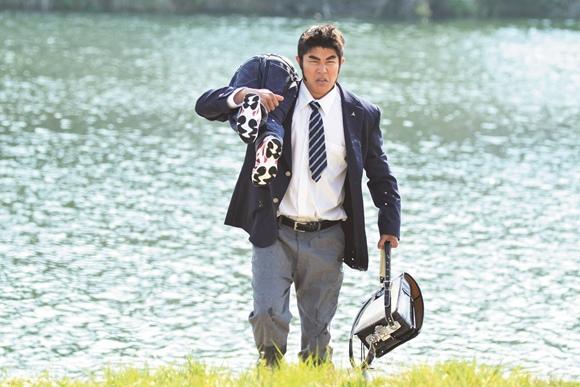 04俺物語!!劇照_鈴木亮平在片中解救溺水少年,其實還得要忍受冰冷的河水.jpg