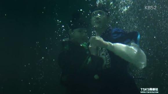 27_1落水被男主救OK.JPG
