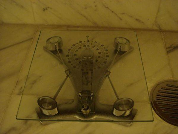 旅館浴室附的體重計