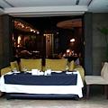 小客廳,面對庭院