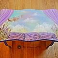 彩繪拼貼初階 四季雲    ☆ 飛 翔  ☆   薰衣草盛開的普羅旺斯   繽紛絢麗藍紫色   造訪紫色隧道   這一日與學生共同完成此作品   我們串搭起可愛又夢幻情境   繪製出空氣般雲朵   再次驚呼連連   原來拼貼也能如此    點頭 點頭ING    發揮你的想像力   那段小故事因為你而開始........    西土瓦Jasmine手作 蝶古巴特彩繪拼貼/傢飾木器彩繪/教學   洽詢電話:0937-682-587