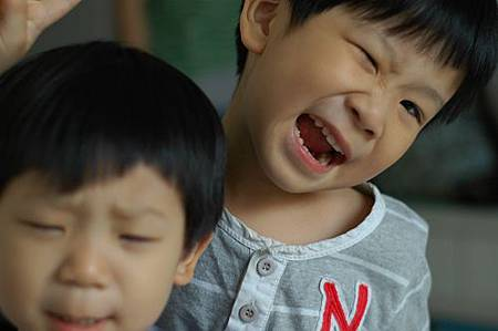 20120506和弟弟做鬼臉