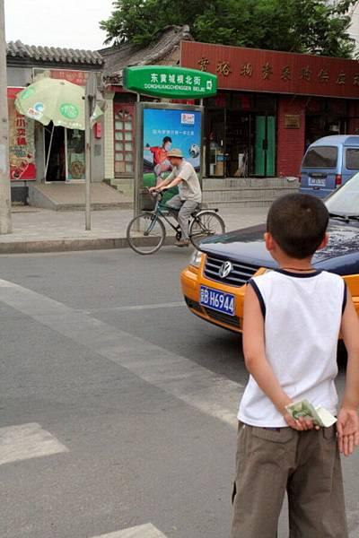 小孩過馬路買冰棒去