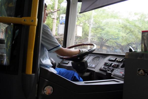 年輕貌美的公車女司機