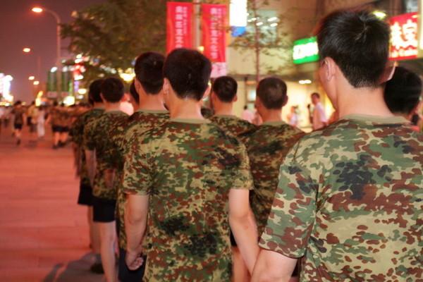 解放軍散步