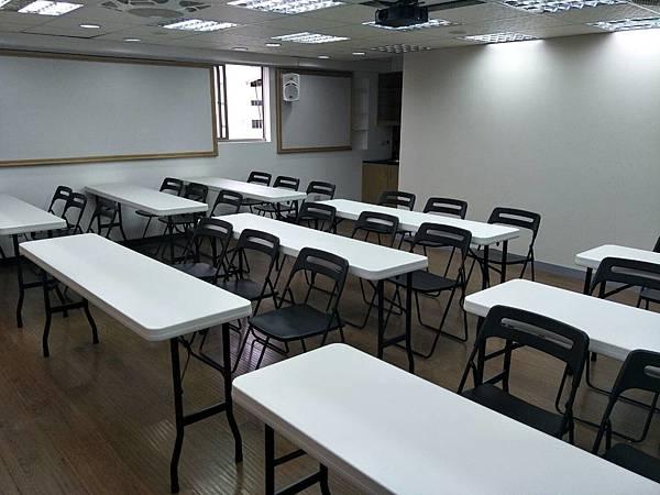 桃園火火車站教室場地租借-全新的教室圖片.png