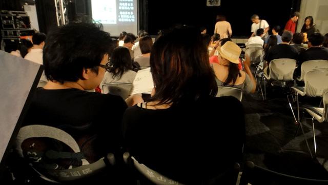 坐在我前面的人...