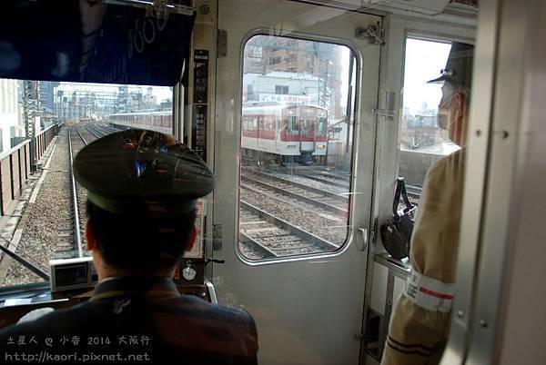 可以看到行駛中的電車長