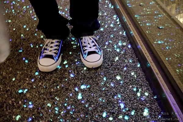 地板是螢光的