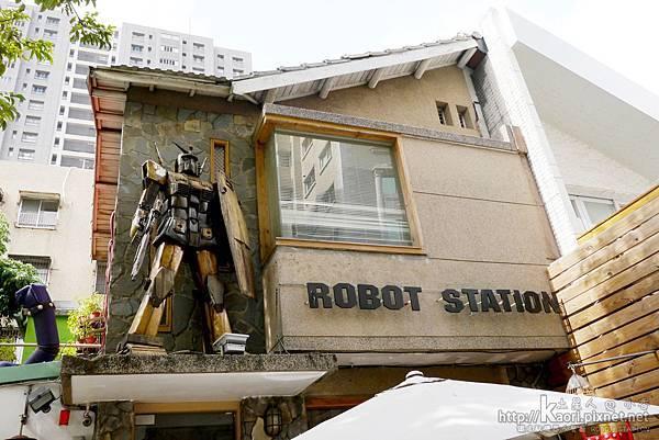 店的上方有非常大的機器人