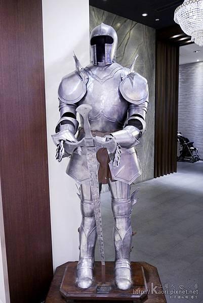 門口的盔甲