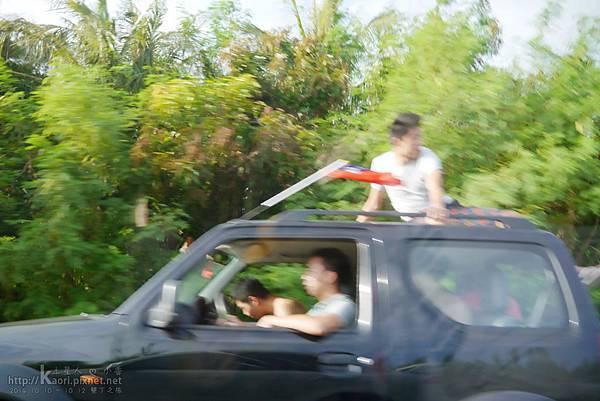 發現別人的車頂上有人XD