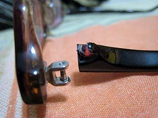 踩斷的眼鏡 - 特寫