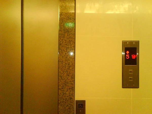 D棟小電梯門卡住畫面1