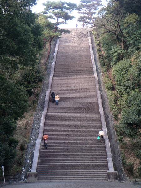 通往明治天皇陵的階梯,每段23階,共有9段的長度.