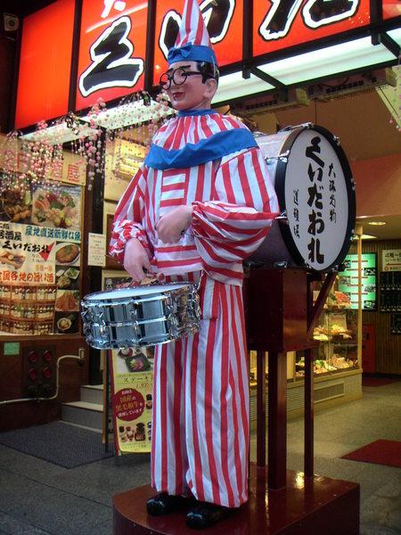 小丑叔叔也很有名,可我本來不想拍的....我從小就不喜歡小丑,小朋友生日宴會請小丑表演,難道不會做惡夢?