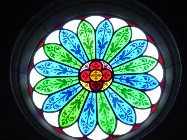 教堂內美麗的玻璃窗