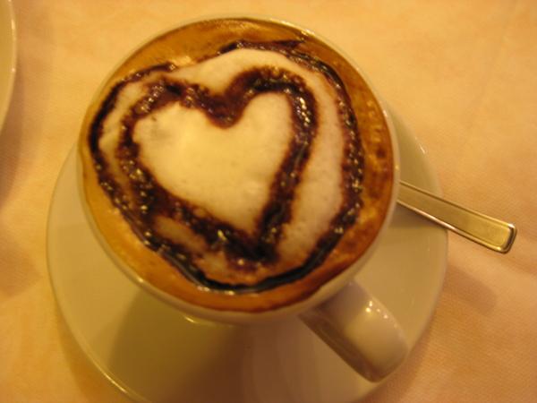 Assisi旅館早上的愛心咖啡