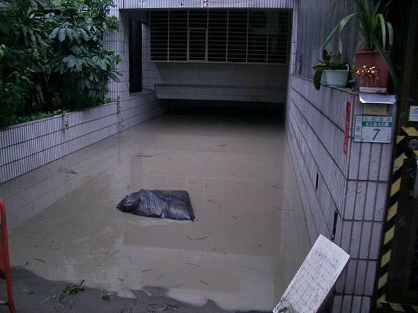 水庫...阿不.是車庫