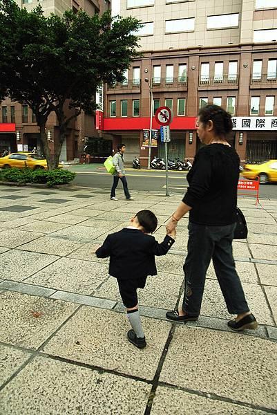 """踢步踢的很快樂的小孩..穿的好正式= ="""""""