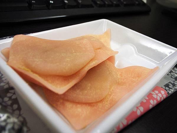 日本產的麻薯,外皮像厚的有色水餃皮去對摺包餡