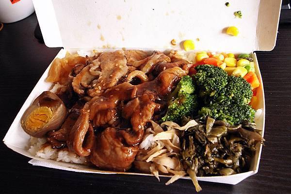 三商巧福$65元京x燒肉飯,會這麼滿是店員飯不小心加太多