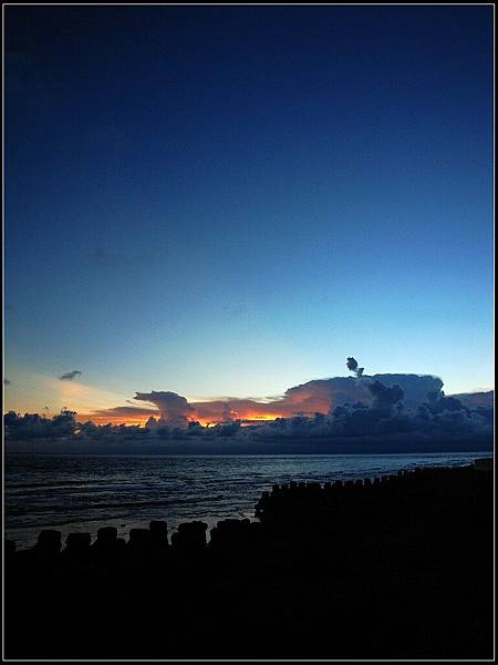 8 - 晚餐完到處晃 -04 雲裡一直有閃電,但太難拍了