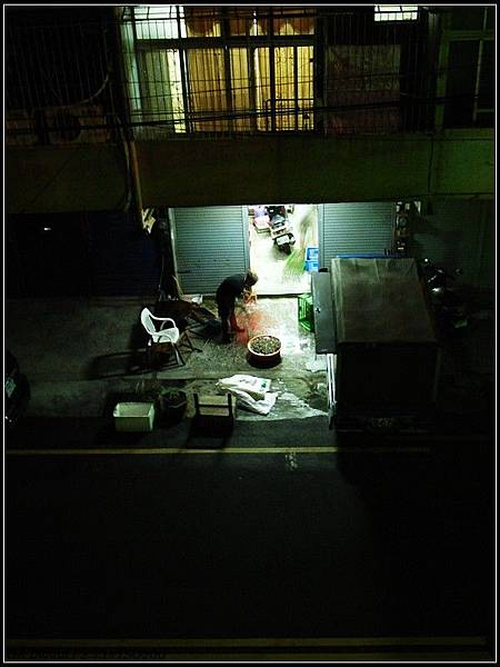 0723_5_深夜洗蛤蜊的人