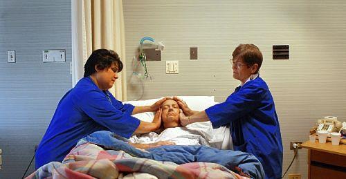護理人員為重症患者傳送靈氣.jpg
