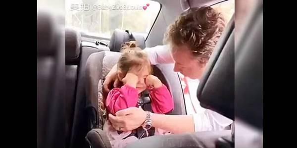 小女孩親吻.jpg