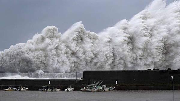 關西機場十公尺浪.jpg