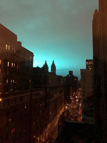 美國大停電天空一片藍光.jpg